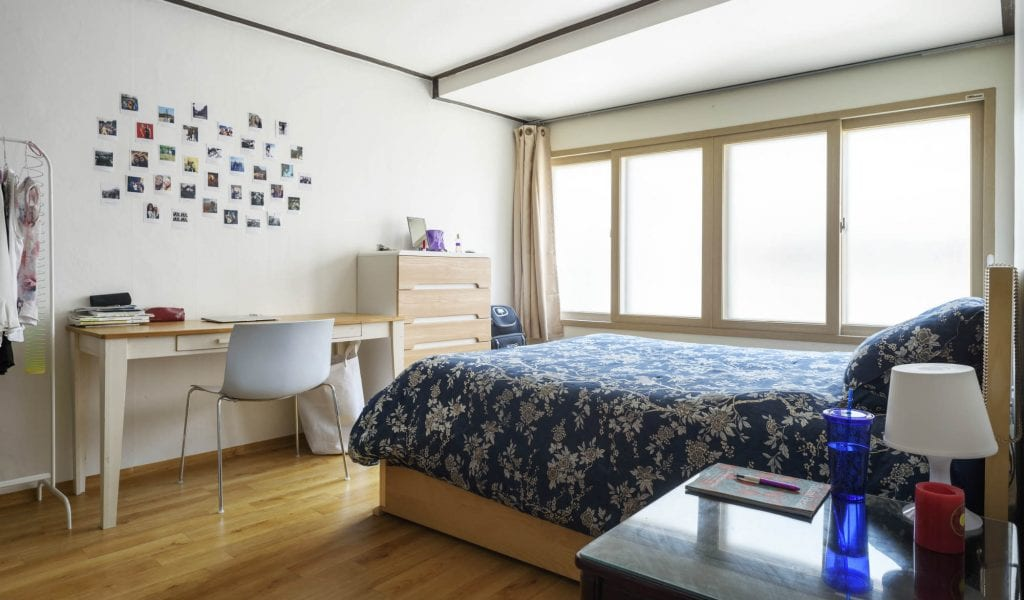A spacious and cozy room on our first floor apartment in Haebangchon Itaewon